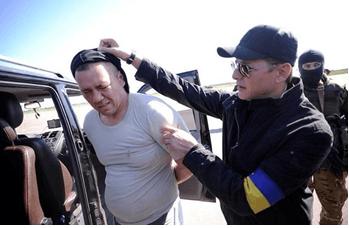 """О.Ляшко """"задерживает сепаратиста"""" на Донбассе"""