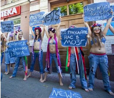 """Screenshot_6Акция группы Femen против """"джинсовой журналистики"""", 2011 год"""