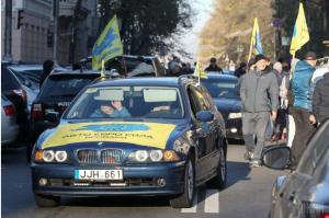 Водители «евроблях» перекрыли улицу.